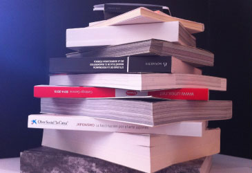 Montón de libros de encuadernación rústica